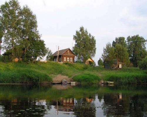 Дом в деревне возле озера