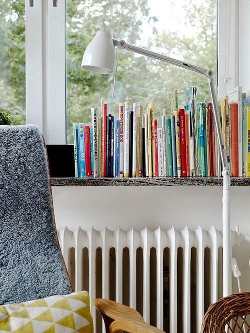 Книги на подоконнике