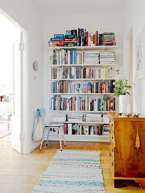 Полки с книгами в квартире