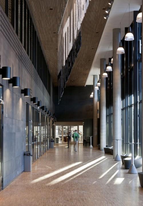 Школа F21 в Осло. Светлый коридор