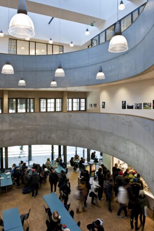 Школа F21 в Осло. Холл в столовой