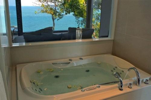Вилла Чи в Таиланде. Ванна с большим окном