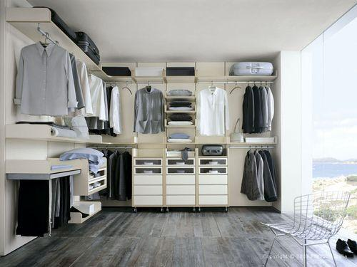 Белая мебель в гардеробе