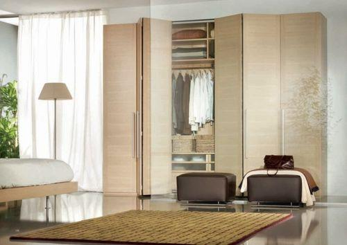 Шкаф в спальне с раздвижными дверьками
