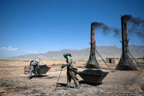 Загрузка угля в печи кирпичной фабрики