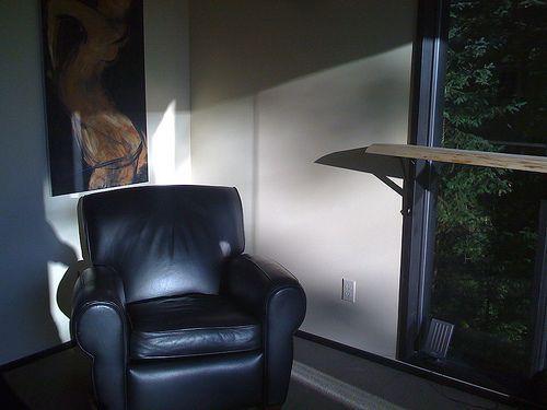 Кожаное кресло в офисе