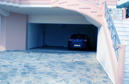 Подъезд к гаражу выложен из камня