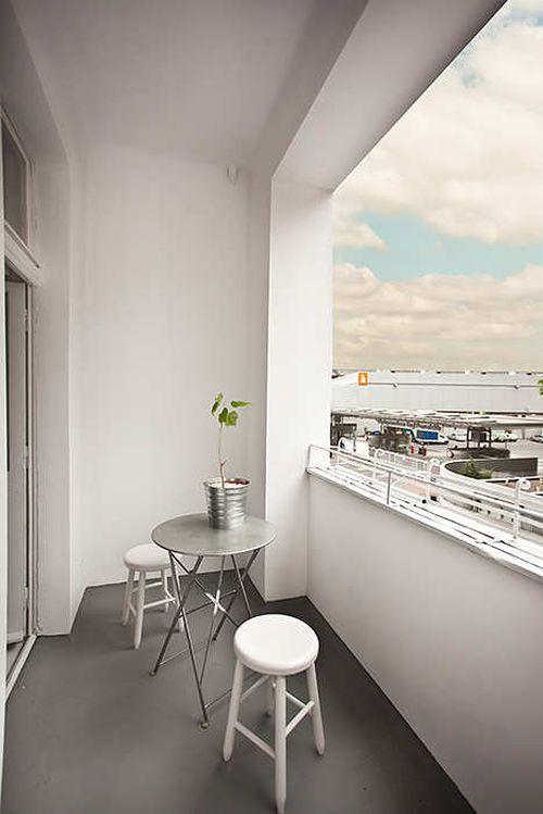 Уютный балкон в маленькой квартире