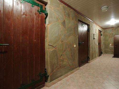 Климатические двери в винном погребе в подвале