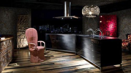 Темная кухня с креслом