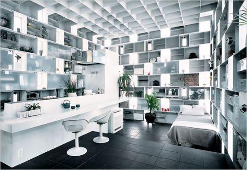 Кухня с большим количеством полочек