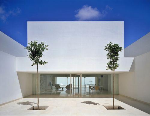 Белый экстерьер и интерьер дома