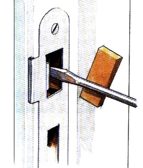 Что делать если дребезжит дверь подвала, даже когда она закрыта?