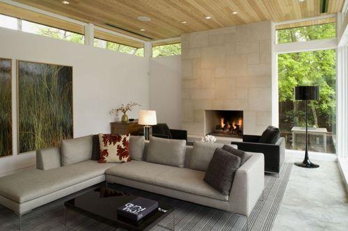 Гостиная с большим диваном и камином