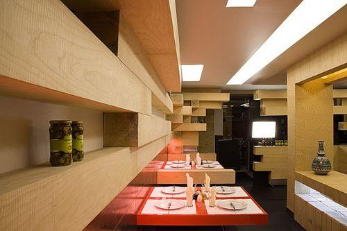 Полки с деревянного бруса в ресторане