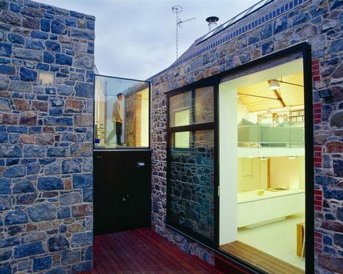 каменные стены со стеклянными ветражами