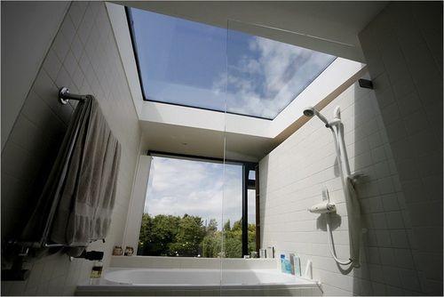 Ванна с окном на потолке