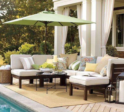Мебель на террасе возле бассейна
