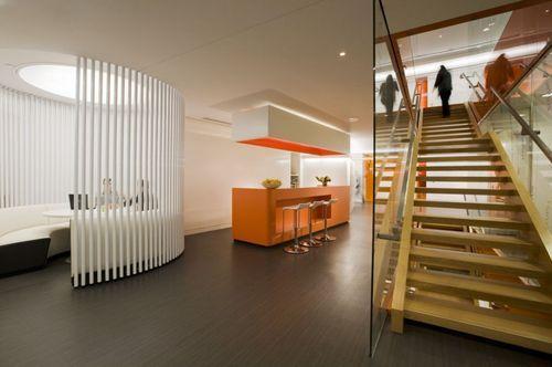 Холл и лестничная клетка в офисе