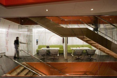 лестничная клетка со стеклянными стенами