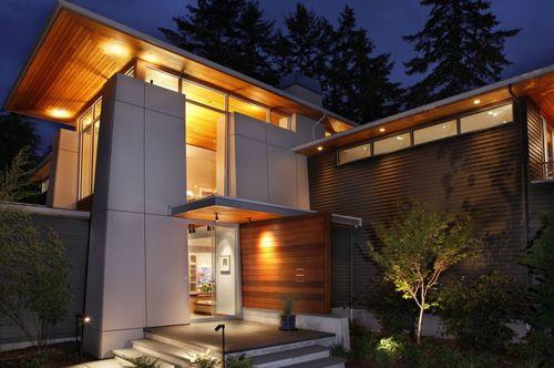 массивный дом с подсветкой
