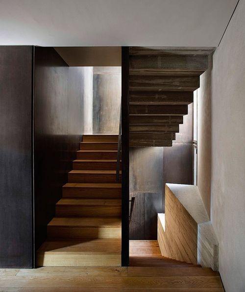 деревянная лестница в древнем доме