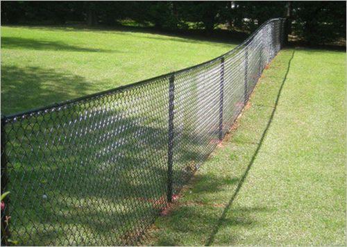 забор из сетки-рабицы между двумя участками