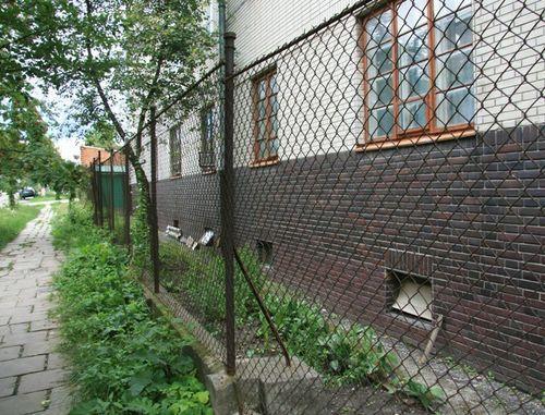 забор из сетки-рабицы возле дома