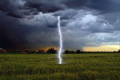 Как воздействует на объект прямой удар молнии?