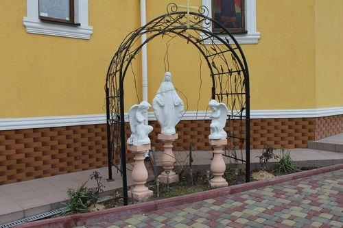 Фигурки ангелов возле храма