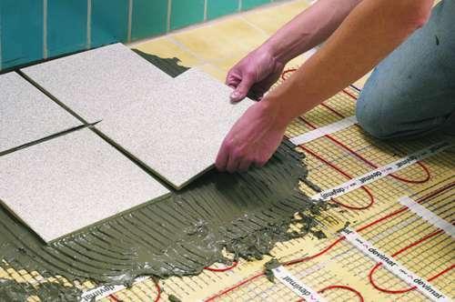 Процесс укладки плитки на теплый пол
