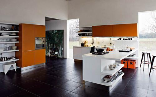 современная кухня с большими окнами