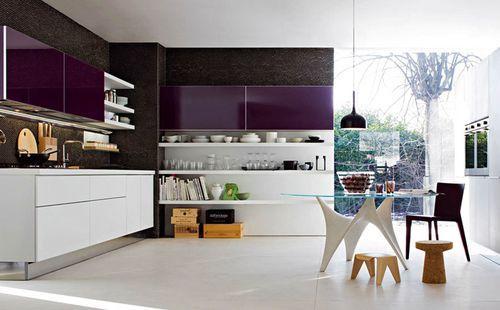 современная кухня с фиолетовыми шкафчиками