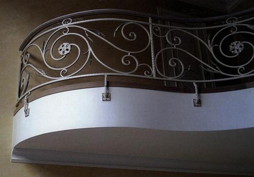 Строить ли дом с балконом?