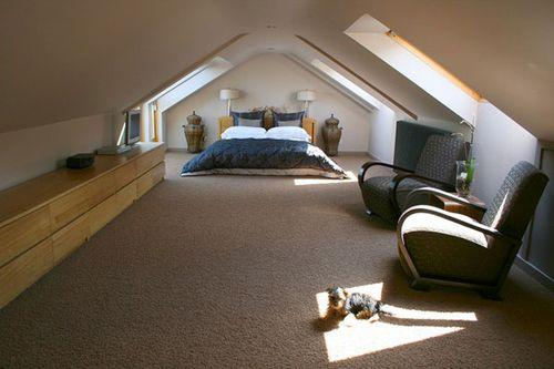 просторная мансарда с кроватью