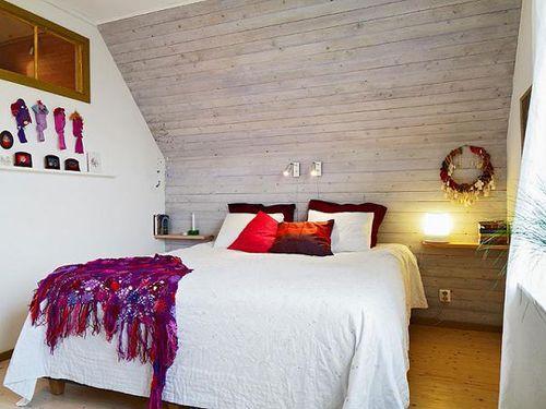 кровать в мансарде