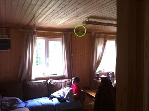 Датчик движения в проходной комнате. Обведен зеленым кружком.