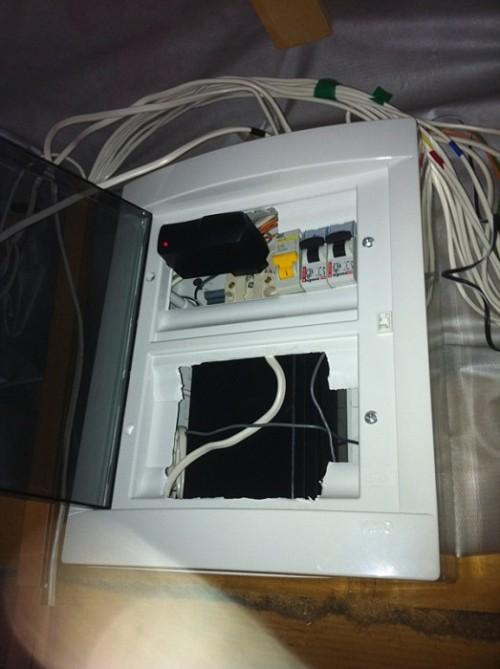Вверху блок питания, внизу стоит аккумулятор