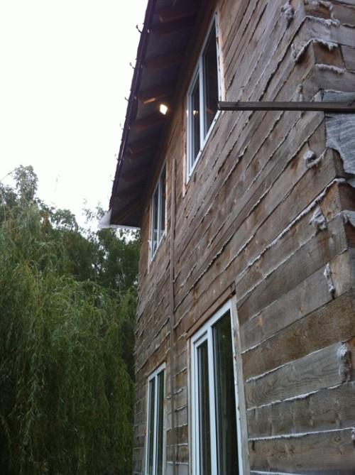 Прожекторы для освещения участка на всех стенах дома