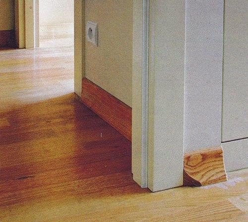 Как состыковать плинтус с дверным наличником?