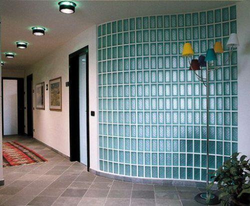 Округлая стена из стеклоблока в коридоре