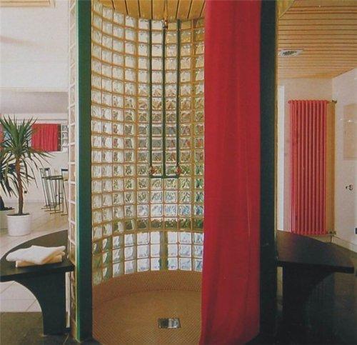 Округлая стена из стеклоблока в душе