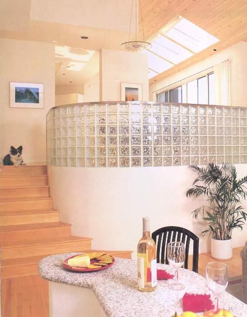 Округлая стена из стеклоблока в гостиной