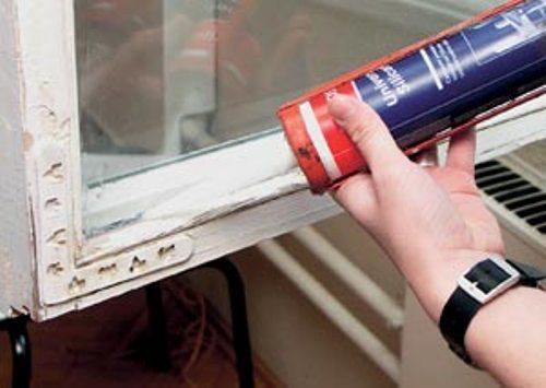 Наносим силикон на стык стекла и штапика