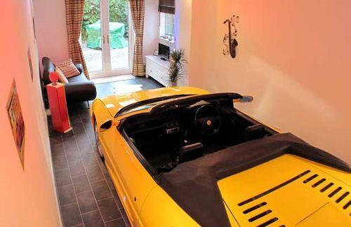 Автомобиль прямо в доме!