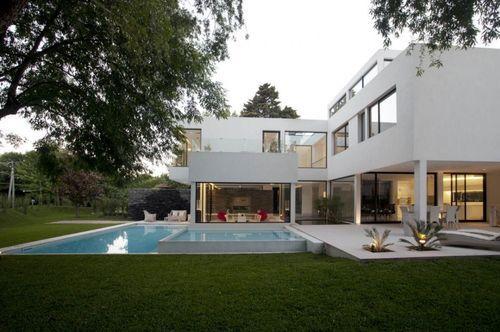 Белый дом с бассейном