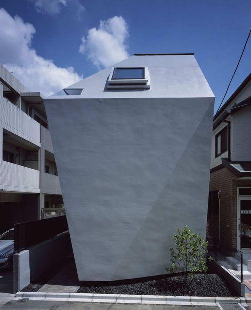 Дом необычной формы в Токио