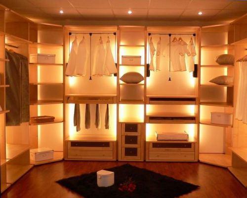 Гардеробная комната с подсветкой