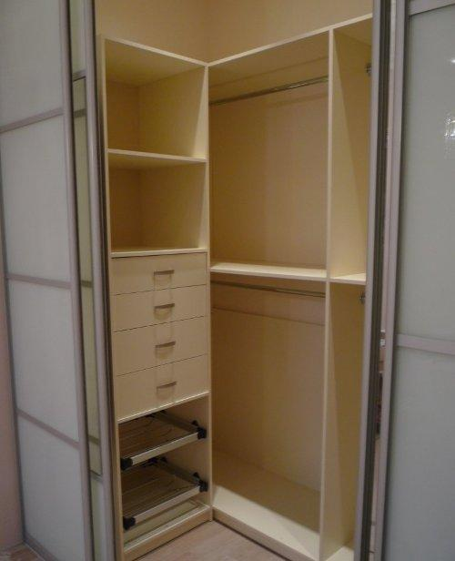 Гардеробная комната с полочками