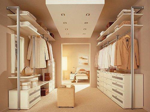 Гардеробная комната с пуфиком